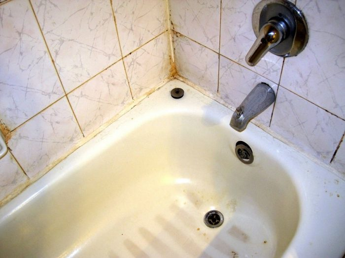 how to remove stains from fiberglass tub,